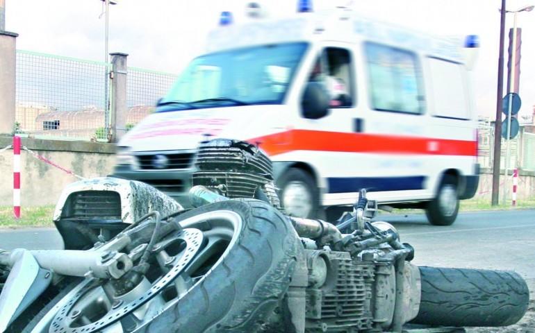 Nuorese, scontro fra moto e auto in uscita da garage: ferito in gravi condizioni