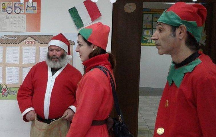Babbo Natale E Gli Elfi.Babbo Natale E Gli Elfi Portano In Dono Tanti Libri Agli Scolari Di
