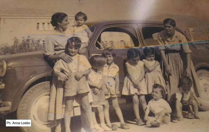 Scatti dal passato. Tortolì, cuginetti in posa insieme alle mamme nel 1956/57