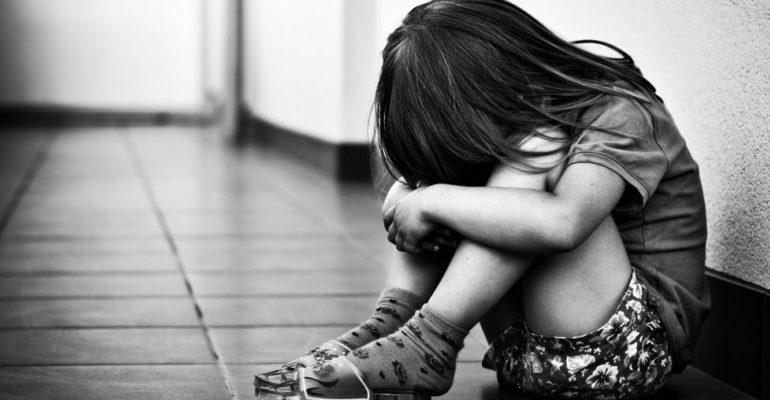 Abusi sessuali e percosse sulla figlia fin da quando aveva 11 anni: arrestato un 43enne