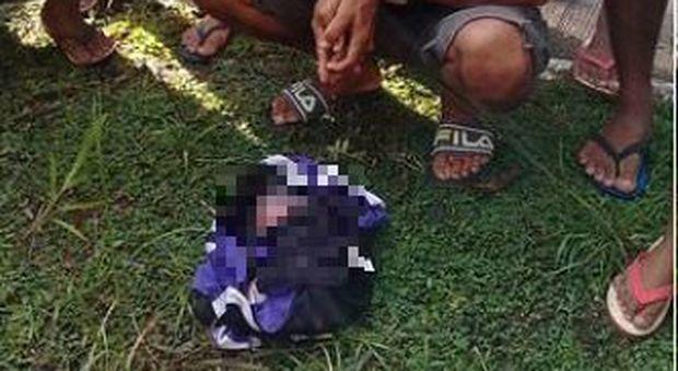 Tragedia nelle Filippine. Gemelline gettate da auto in corsa, una di loro muore