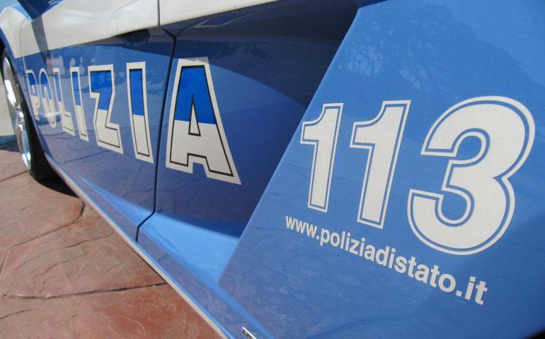 Picchia l'ex fidanzata per rubarle un cellulare e 50 euro: in manette un 24enne