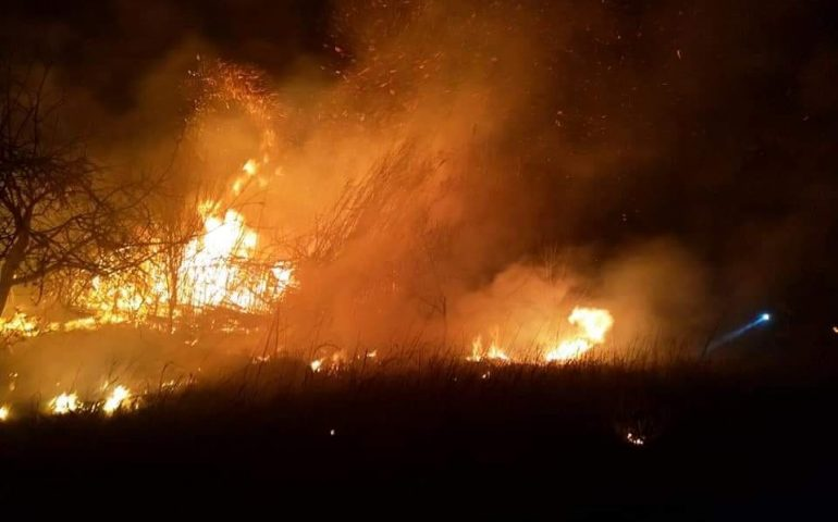 Grande incendio in un'azienda agricola di Fonni: in fiamme centinaia di rotoballe