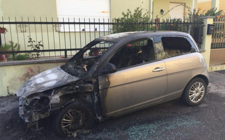 Oristano, in fiamme l'auto di una giornalista. Si parla di intimidazione