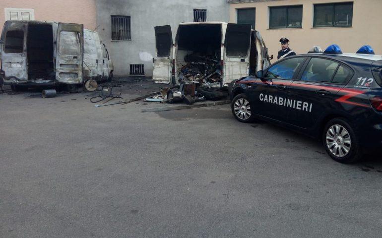Torpè, due furgoni in fiamme. Indagano i carabinieri