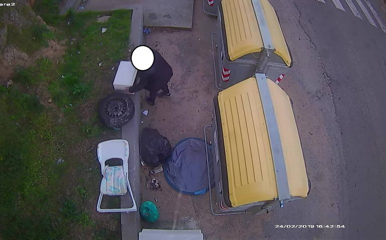 """Arzachena: furbetti dei cassonetti? Le foto online degli """"sporcaccioni"""""""