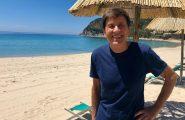 """""""Sardegna. Bel sole, mare calmo, giornata splendida"""": Morandi posta uno scatto sui social ed è boom di like"""