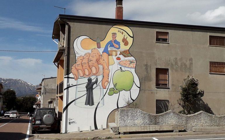 La fotonotizia. Villanova, l'artista Davide Careddu impreziosisce il paese con un murales