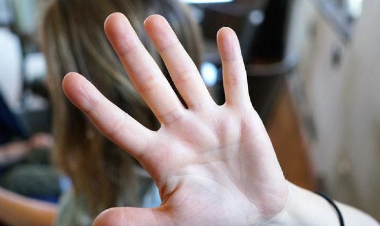 Ragazzina aggredita dalle coetanee per un post su Facebook. Cinque giorni di prognosi per una 13enne