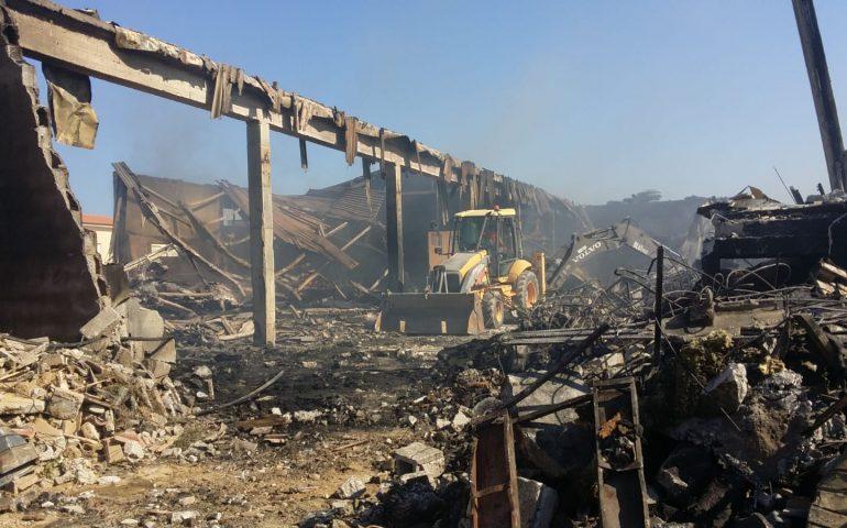 Grosso incendio in un capannone a Tortolì, le immagini di quel che resta