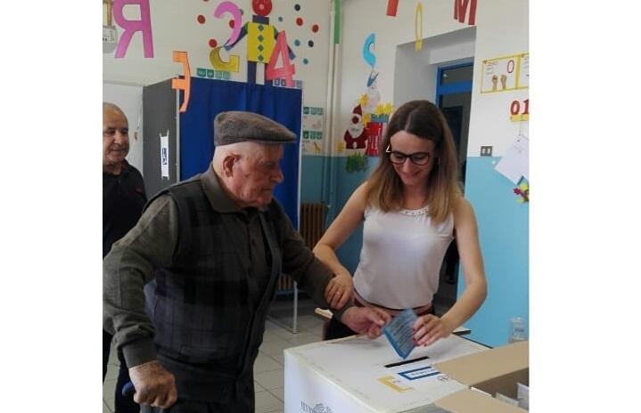 100 anni e un grande senso civico: il villagrandese Michelino Scudu si reca a votare