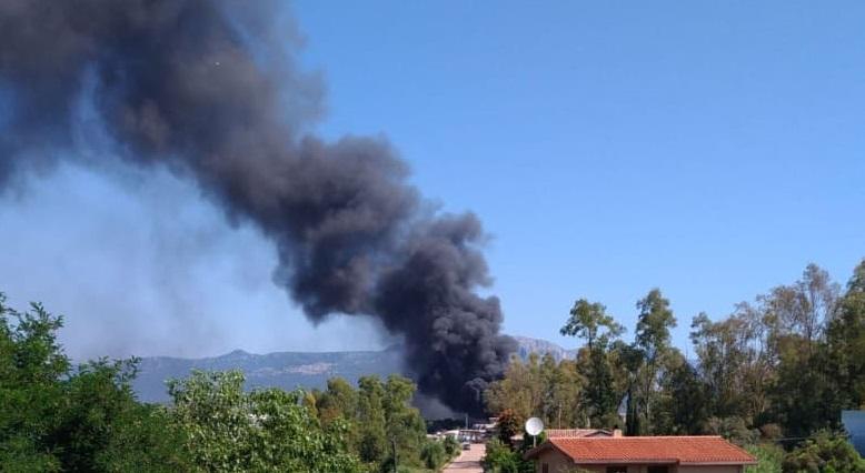 Tortolì, terribile incendio nella zona industriale. Vigili del fuoco al lavoro in un capannone