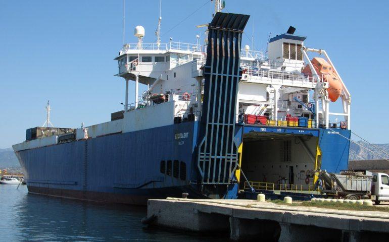 Porto Arbatax, stamattina doppio ingresso: la nave cargo Excellent carica uomini e mezzi, la Johannes scarica pale eoliche