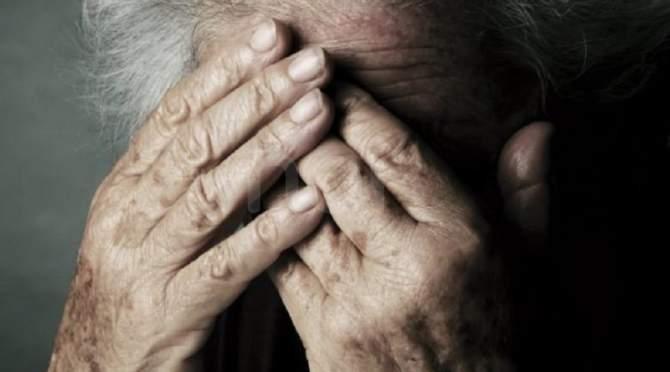 Anziano costretto a mangiare le proprie feci: casa famiglia per anziani chiusa e badanti sotto accusa