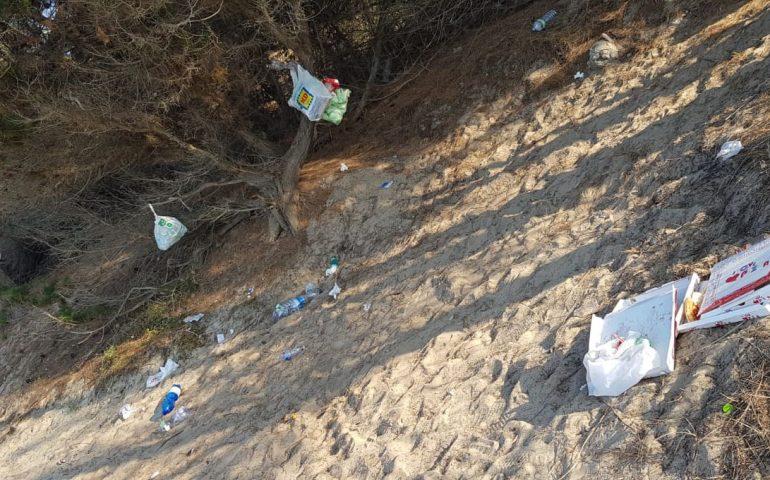 Cartoline di inciviltà da Orrì: rifiuti di ogni tipo abbandonati nelle spiagge