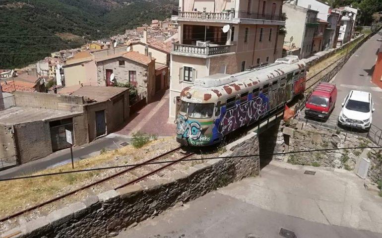 Il Trenino Verde è arrivato a Seui. Polemiche sulle condizioni della littorina
