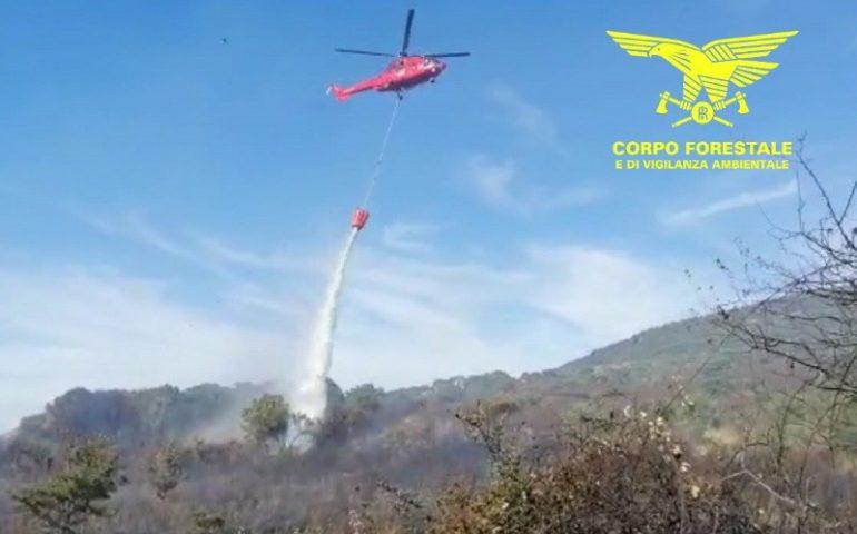 Serri e Villasalto, elicottero del Corpo forestale al lavoro