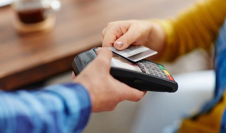 Trova una carta di credito e spende 630 euro in vestiti e altre cose. Nei guai 22enne vicentina
