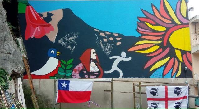 """Il murale di Mono Carrasco, meraviglia di colori tra i vicoli di Baunei. Corrias: """"Nel mio paese nessuno è straniero"""""""