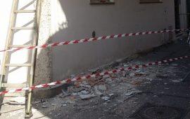 Tortolì, cadono calcinacci da un balcone: area transennata in via Tempio