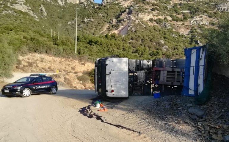 Siniscola, un camion si ribalta nella cava. L'autista in ospedale