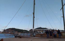 Rischio di affondamento nella notte, la Lady Rose trainata da un peschereccio nel porto di Arbatax