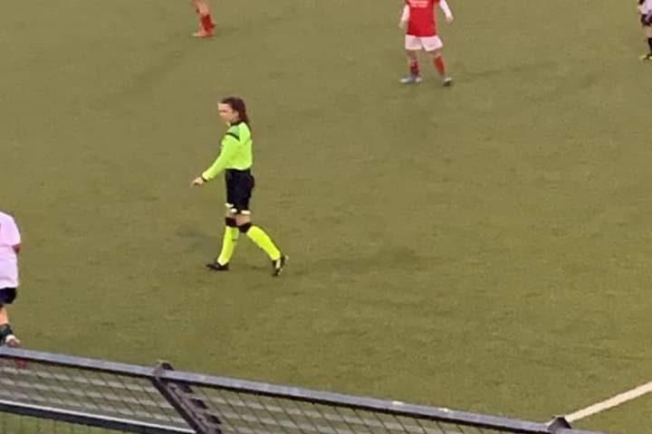 Giovane arbitra e ragazzini in campo insultati dai genitori, dov'è finito lo spirito sportivo?