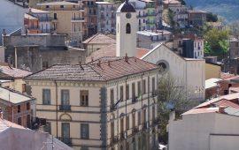 Foto centro di Seui, in particolare municipio e chiesa, dall'alto.