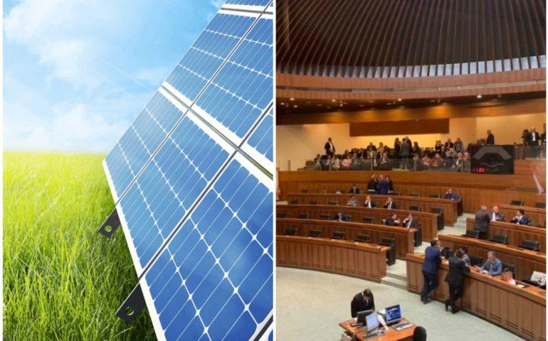 """Rinnovabili: la Regione istituisce il """"Reddito energetico regionale"""". Esenzione del bollo per auto elettriche, ibride o a metano"""