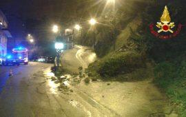 Una frana all'ingresso di Ulassai. Intervengono i Vigili del fuoco per chiudere la strada