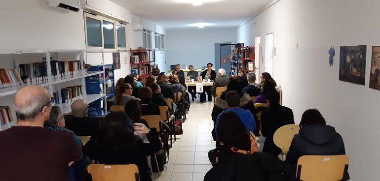 """Bari Sardo. Biblioteca piena e pubblico partecipe: grande successo per """"La colpa di Ines – Sa tribulia"""""""