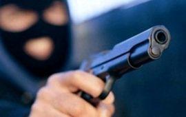 «Dacci tutto l'incasso»: malviventi armati di pistola minacciano dipendente distributore. Paura a Nuoro