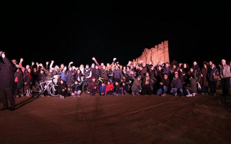 La fotonotizia. Tre anni fa il selfie dei 100: flash mob alle Rocce Rosse in occasione dell'onda Rosa