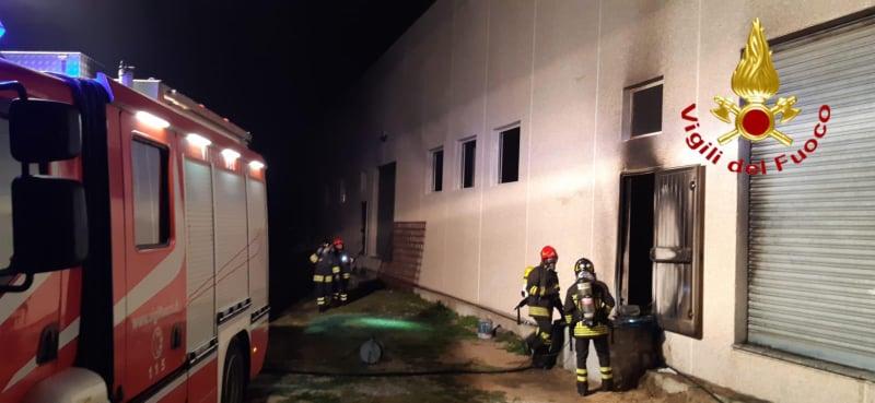Siniscola, incendio doloso in un capannone