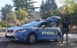 Graffia le auto in sosta, distrugge i parabrezza e fermato dalla Polizia, fa la pipì per strada. Denunciato a Nuoro