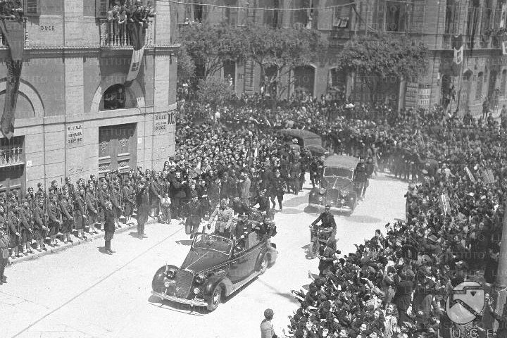 Accadde oggi. 14 Maggio 1942: Mussolini in visita ufficiale a Cagliari attraversa via Roma