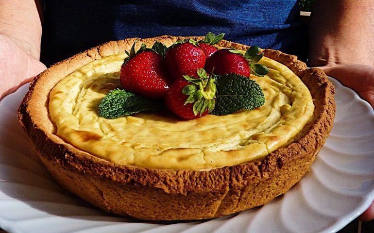 La ricetta dell'esperto. Paolo Solinas presenta la cheesecake al pecorino sardo con salsa di fragole