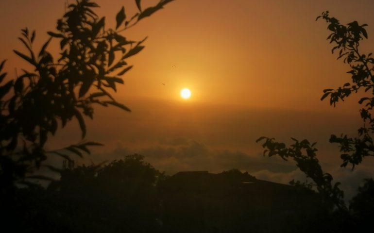 Le foto dei lettori. Il sole su un tappeto di nuvole visto da Lanusei