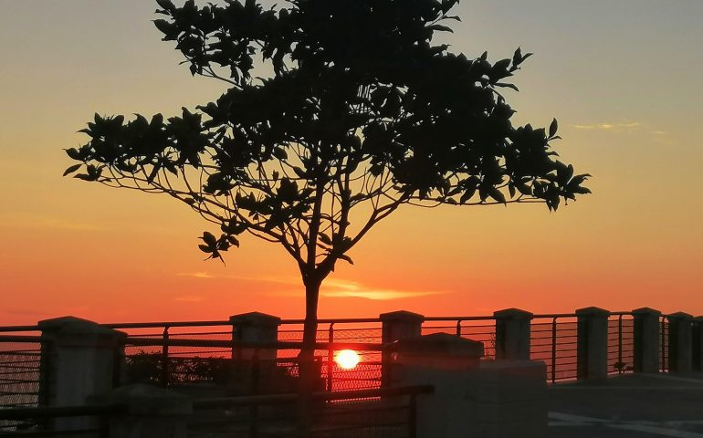 La foto dei nostri lettori: il sole sorge su Lanusei e regala una tavolozza di sfumature calde