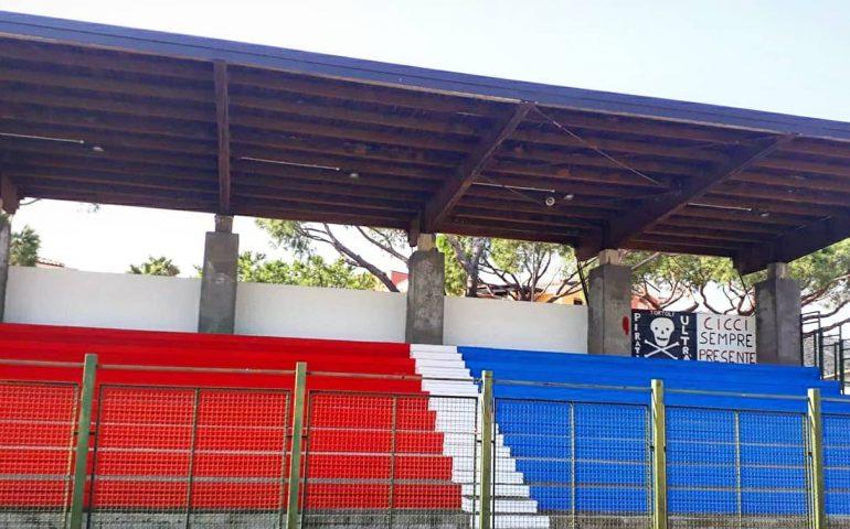 """La fotonotizia. Proseguono senza sosta i lavori allo Stadio Fra Locci di Tortolì. Tra gli spalti, anche un murale per """"Cicci"""""""