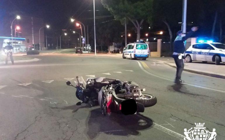 Sardegna, grave scontro tra moto e auto in una rotatoria: due 20enni in codice rosso