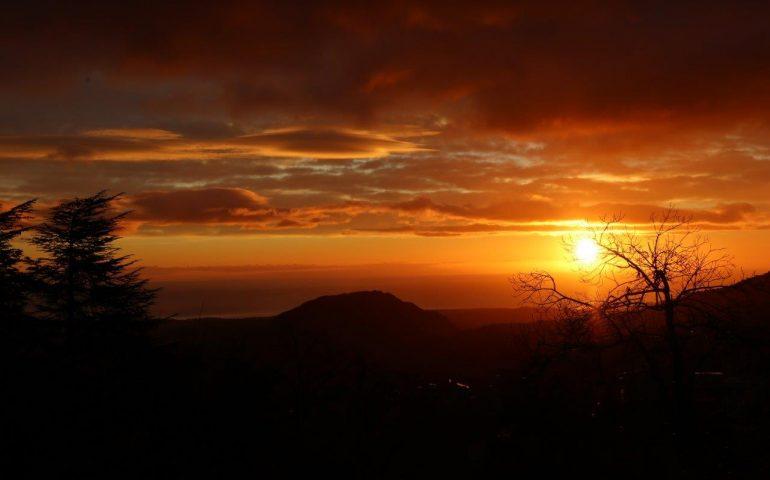 La foto del giorno, mille sfumature di rosso a Lanusei nello scatto di Marco Pistis all'alba