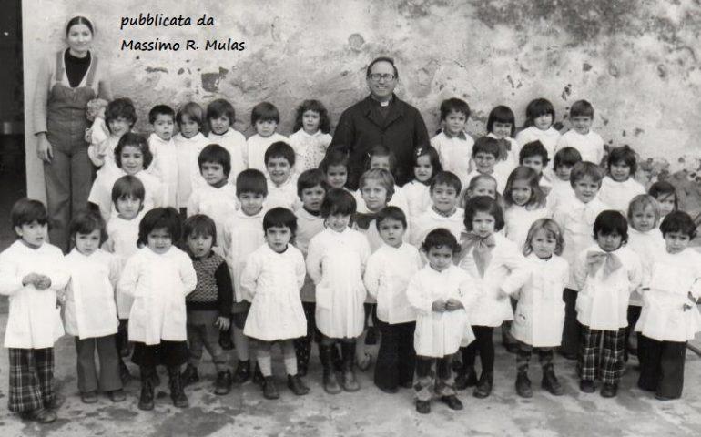 Come eravamo. Tortolì nei primi anni Settanta: Don Mereu con i bambini dell'asilo Monsignor Virgilio