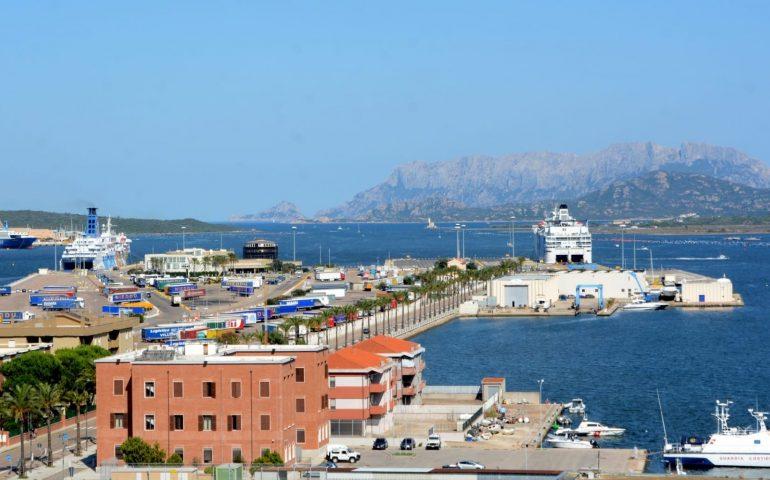 """Olbia, centinaia i passeggeri sbarcati e non controllati. Il M5S denuncia: """"Turisti positivi al bar e richiamati al porto: gravissimo"""""""