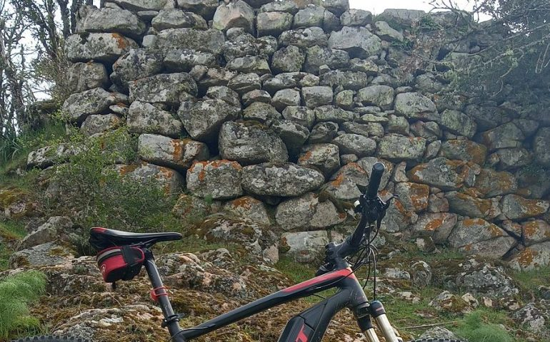 Le foto dei lettori. Escursione in bici al nuraghe di Villanova Strisaili