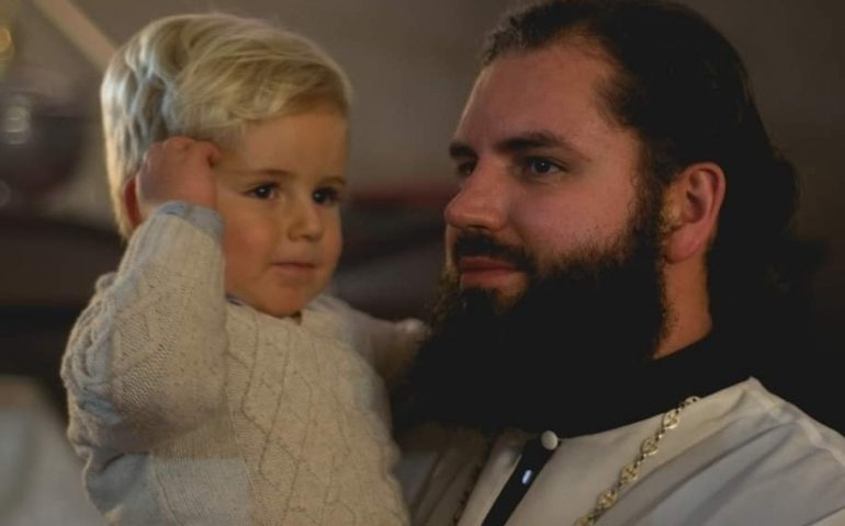 """""""Aiutiamo Padre Nikolay a riportare la salma del piccolo Antonij in patria"""": l'appello ai sardi"""