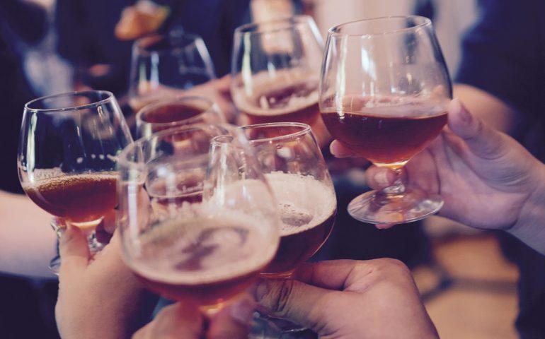 Al bancone del bar nonostante la zona arancione: sanzionati sei avventori e il titolare