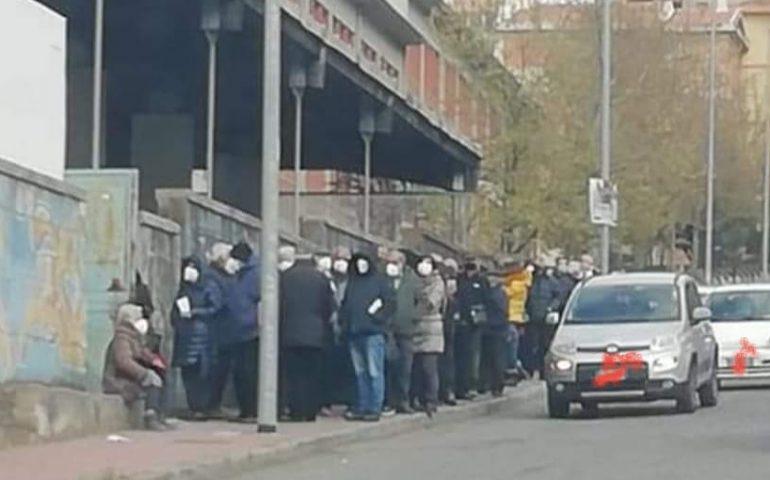 Covid, Nuoro centinaia di over80 assembrati al freddo: aspettano vaccino