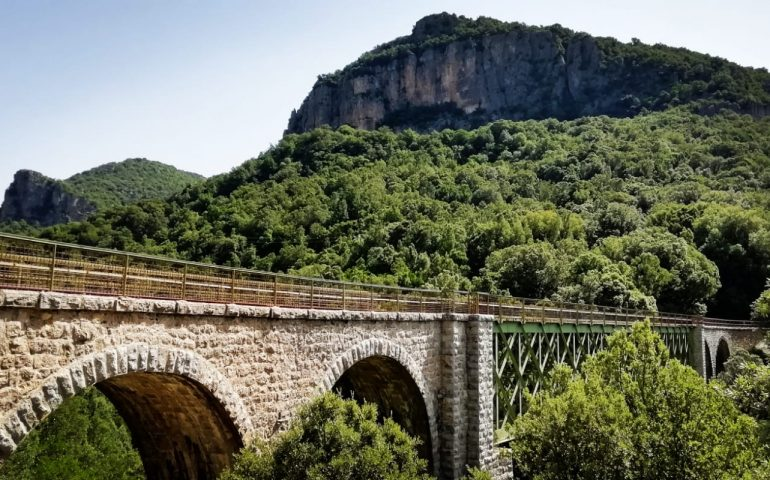 La foto dei lettori. Lungo il percorso del Trenino Verde: il Ponte de Irtzioni a Ussassai