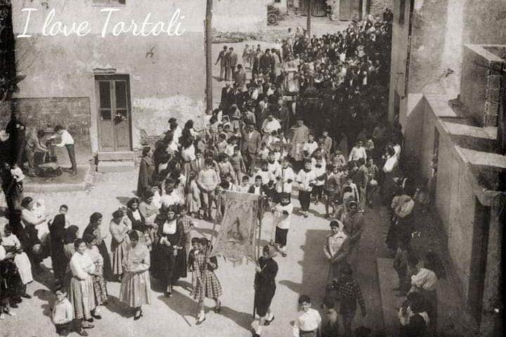 Come eravamo. Sa processioni de S' Incontru, fa il suo rientro in Cattedrale a Tortolì negli anni Cinquanta